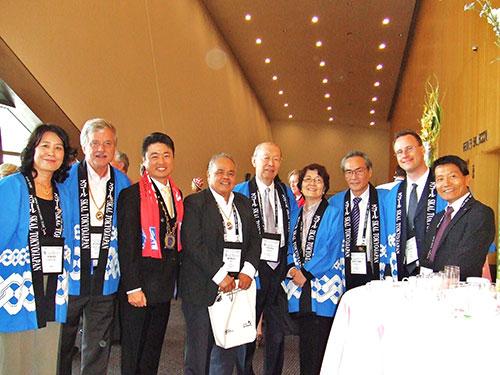 開会式に臨んで:アジアのプレジデント、ジェリー・ペレ氏(左4番目)とスコール クラブ 東京のメンバー