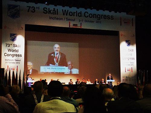 スコールクラブ世界大会の開会式風景:スコールインターナショナル会長ケサダ氏の挨拶、インチョンコンベンシアにて