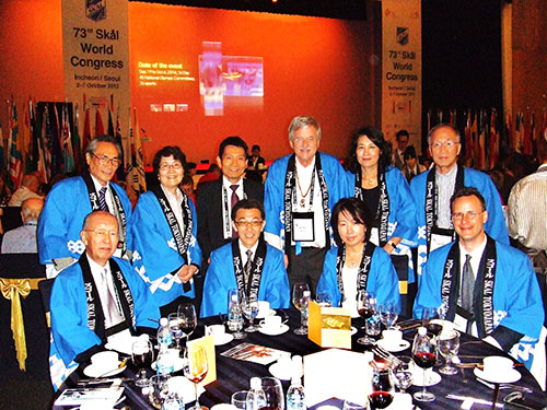 開会式の夕食会:スコールクラブ東京のメンバーと、スコールクラブ東京プレジデント、ブルメンステンゲル・ペーター氏(後列右3番目)、シェラトンホテルインチョンにて