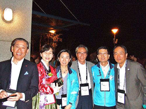 前夜祭:世界大会実行委員会会長のロバート・ション氏(右2番目)と一緒に