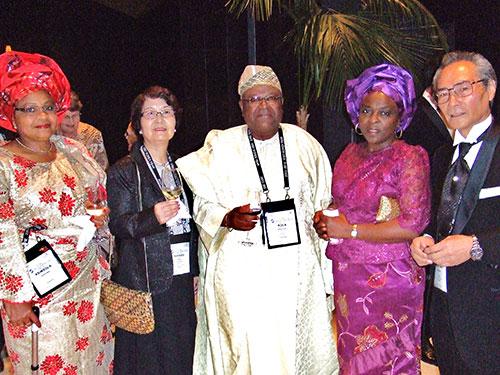 ガラディナー:ナイジェリアからのスコールメンバーと一緒に